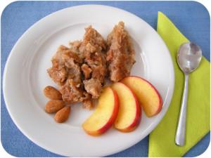 Attraverso il modo del servire ed i componenti delle mele e mandorle, nonostante la consistenza morbida, si crea una certa forma